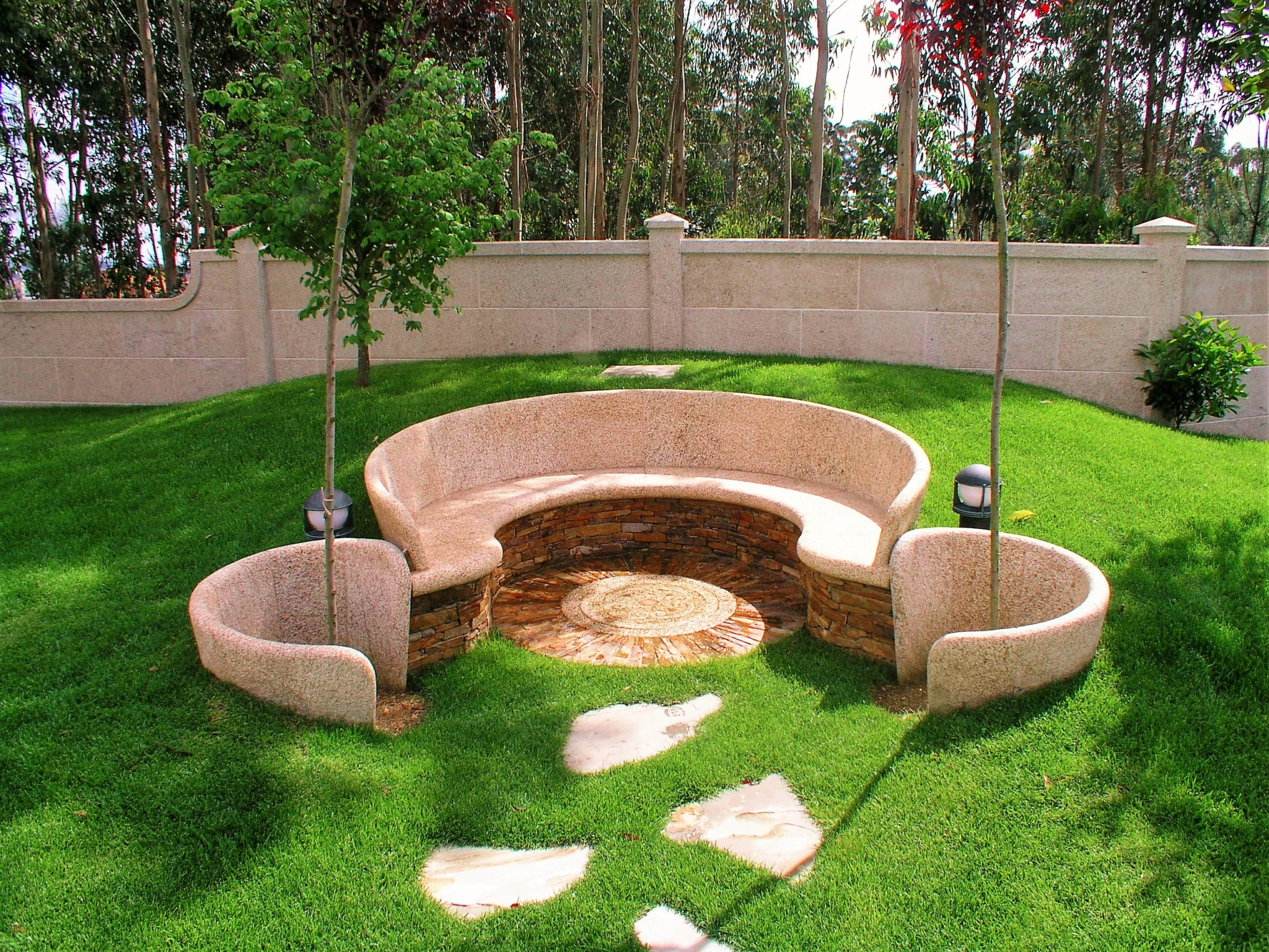 Alcorque antonio rosales for Barbacoas de piedra para jardin